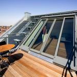 ドイツ Sunshine Wintergarten社の勾配天井用観音開きスライドドアを屋上テラスの屋外ダイニングから