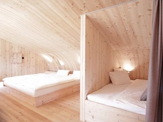 天井がドーム状にカーブした板張りのベッドルーム2