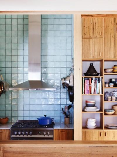 キッチンの壁面に作り付けられた食器用巨大棚2