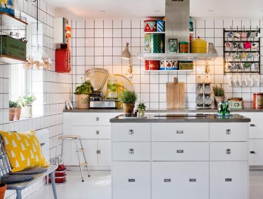 壁全面が白いタイル貼りの白基調のキッチン