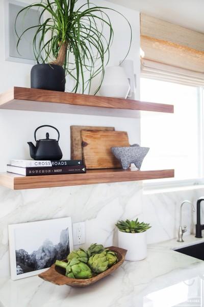 明るく開放的な雰囲気のキッチンの壁に造作されたシンプルな木の棚2