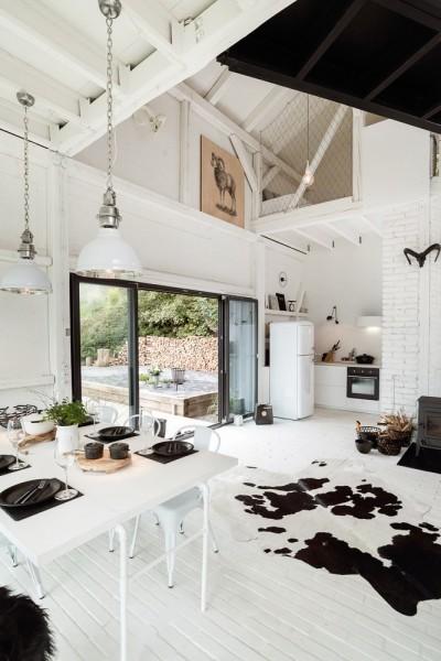 納屋をリノベーションしたロフトハウスのリビング・ダイニング・キッチン