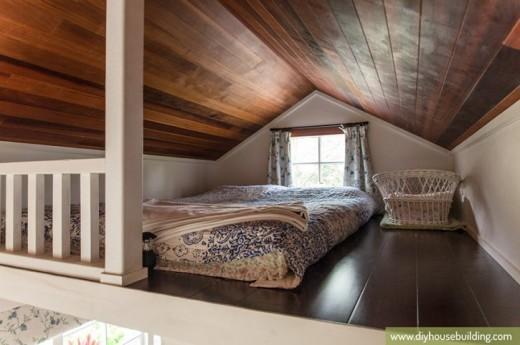 勾配天井の下の包まれ感があって居心地の良さそうなフローリングのロフトベッドルーム