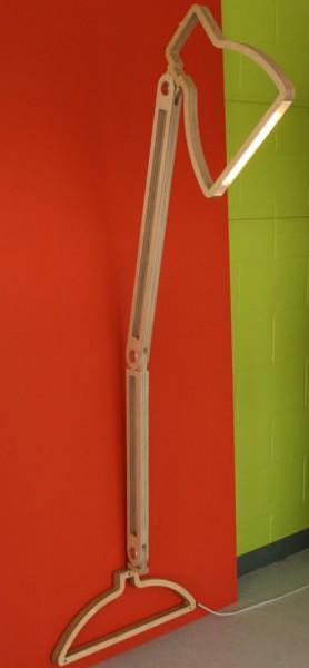 壁に取り付けられるフラットなLEDアングルポイズランプを動かしたところ