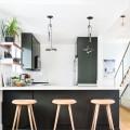 明るく開放的な雰囲気で、壁の作り付け棚がいい感じなキッチンのリフォーム後