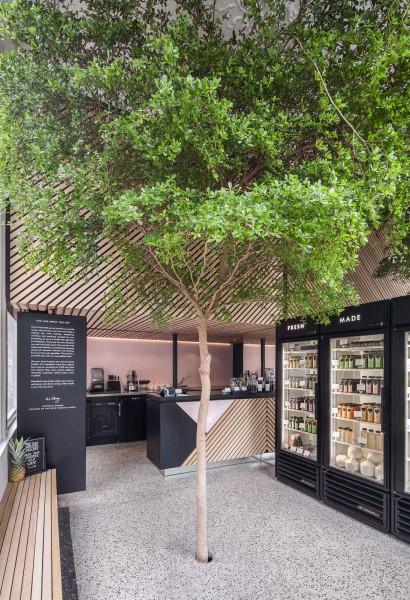 半屋外の開放的なテラス的スペースにドリンク用の冷蔵庫の置かれたフレッシュジュース・カフェテリア3