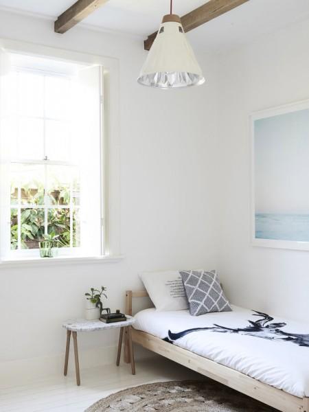 広さ80平方mの平屋のデイベッド的なベッドの置かれたセカンドベッドルーム