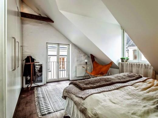 勾配天井の下の包まれ感のあるベッドルーム2