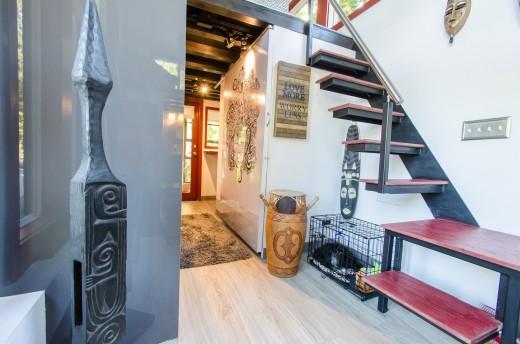 2つのロフトのあるトレーラーハウスのロフトベッドルームに上がる階段