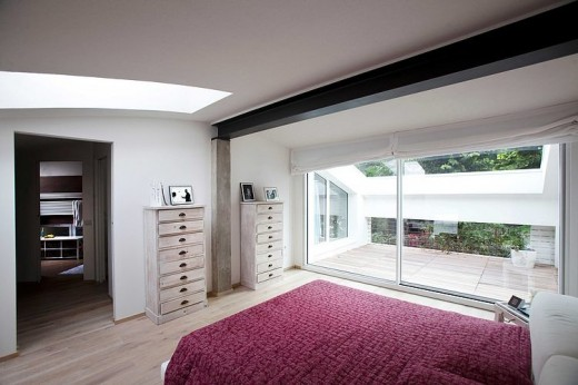 大きめの天窓のある、ゆったりとしたテラス付きのベッドルーム2