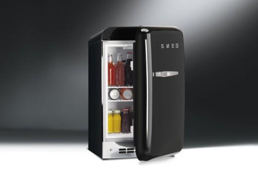 Smegの50年代風ミニ冷蔵庫FAB5黒40リットル扉半開き