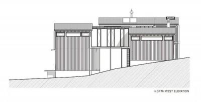 傾斜地に建つスキップフロアの家の北西からの立面図