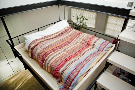 リビングの上に吊られたロフトのベッドルーム