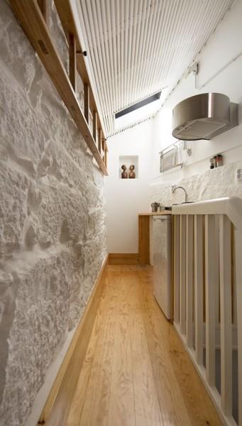 ポルトガル ポルトの中心部に建つ三角形の狭小住宅の最上階のキッチン