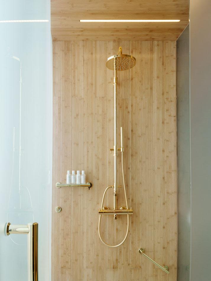 ゴールドのオーバーヘッドシャワー レインダンスのあるゴージャスなバスルーム