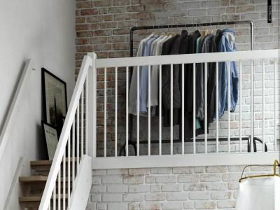 急な階段の上のベッドルームの収納エリア