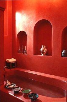 モロッコの漆喰 タデラクトで仕上げた丸みのある真っ赤なバスルーム