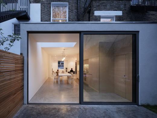 ロンドン北部イズリントンの街に建つメゾネットの2LDKのダイニング・キッチンをテラスから