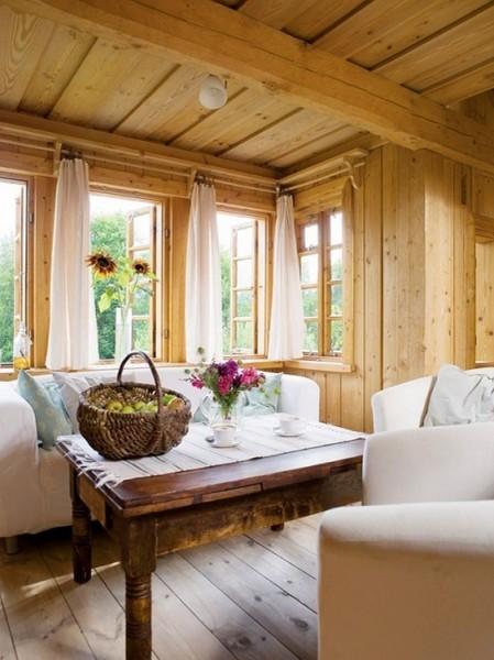 ポーランド スバルキ公園の近くに建つログハウスの、天井の低いリビングスペース
