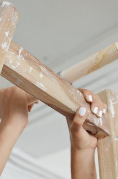 分解した脚立梯子を木の板と棒で繋ぐ