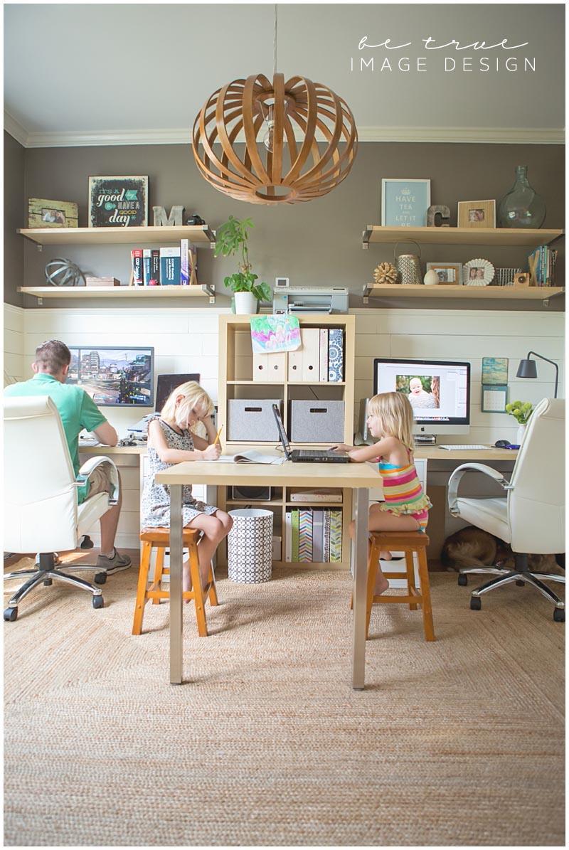 家族4人で使えるワークスペース 両脇が大人、中央で子供