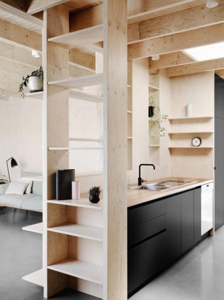 キッチンの周りを囲う合板製のシンプルで大きな造作棚2