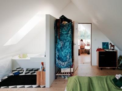 多機能サービスボックスの奥のベッドルームとバスルーム