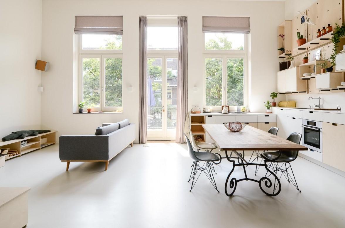 明るく開放的な雰囲気の天井の高いリビング・ダイニング・キッチン