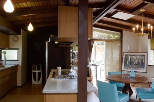 ミッドセンチュリーハウスの落ち着いたダイニングキッチン2