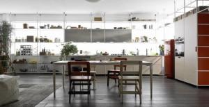 キッチンの壁面いっぱいに作り付けられた軽量フレームのシンプルなシェルフシステム