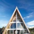 海沿いに建つガラス張りの三角の家