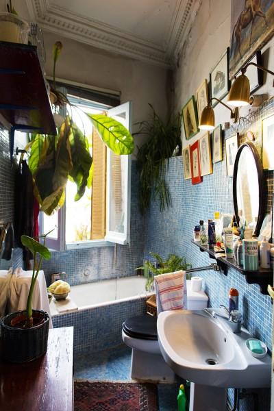 マドリッドのデザイナーの家の屋外のような明るブルーのタイル張りの明るいバスルーム2