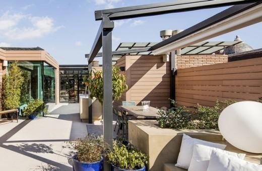 全体ガラス張りの天窓の下の明るく開放的なワークスペース 作業スペースのある屋上の屋外ダイニング