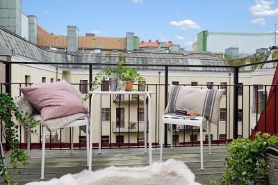 スウェーデンのロフトアパートの開放的なバルコニー