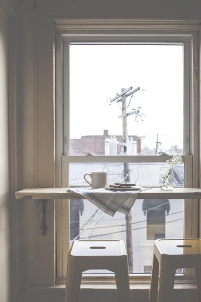 リビングのコーナーの窓際にDIYで作ったカフェカウンター3