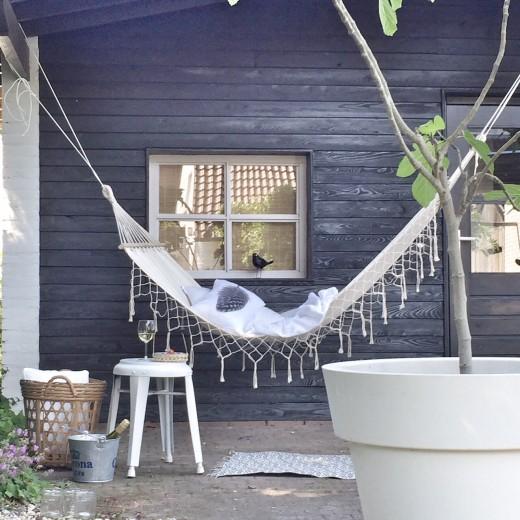 庭に吊られたハンモックに揺られつつ白ワインで一杯