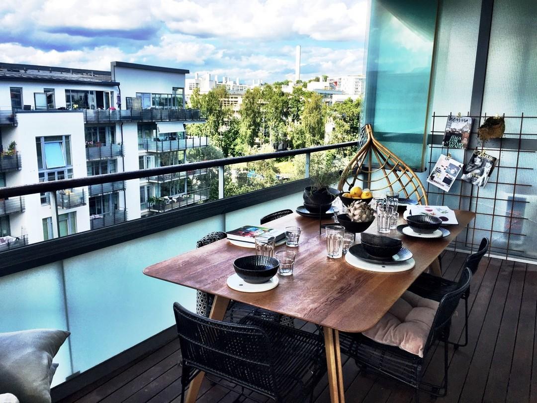 しっかりとしたテーブルと椅子のセットのある広めのベランダの屋外ダイニング