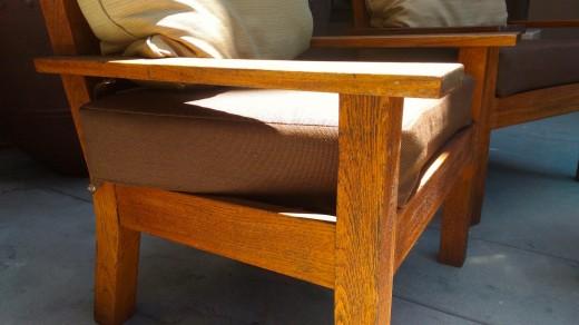 サンタモニカ アンブローズホテルのテラスのテラスに置かれた2脚の屋外用一人掛けソファとテーブルのコンパクトな屋外カフェスペース ソファクッション サイド