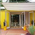 10.7畳のスペースに2つのダブルベッドとリビング、キッチン、バスルームのあるコンテナハウスのウッドデッキのテラス