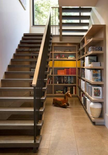 階段下に作り込まれたリーディングヌック 大きな造作本棚1