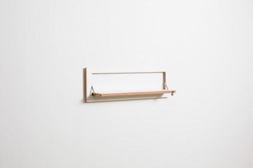 フラットに壁に収納できる壁面収納Flapps Shelf 横長1段を開いたところ