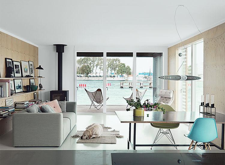コペンハーゲン湾に浮かぶ細長いフローティング住宅のリビング・ダイニング