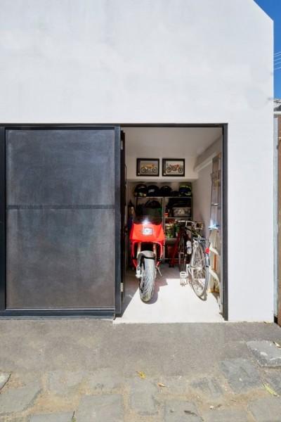入ってすぐにリビング・ダイニング、その向こうに中庭のある60cmほど掘り下げた家のバイク用車庫2