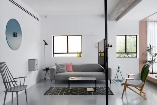 リビング・ダイニング・キッチンの片隅の窓際に作り込まれた小上がり的な1段高い寛ぎスペースを横から2