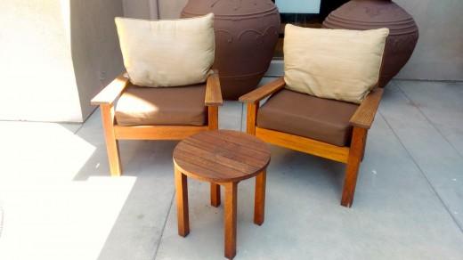 サンタモニカ アンブローズホテルのテラスのテラスに置かれた2脚の屋外用一人掛けソファとテーブルのコンパクトな屋外カフェスペース 正面から