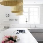 格子の入った白い上げ下げ窓と白い横張りの壁板が可愛らしい明るく開放的なキッチン1