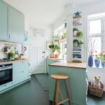たくさんの窓のある変則的な形状で明るく開放的なダイニング・キッチン