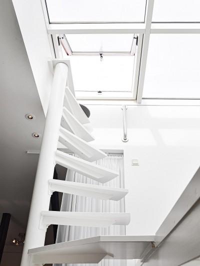 屋上へと続くロフトの上の螺旋階段