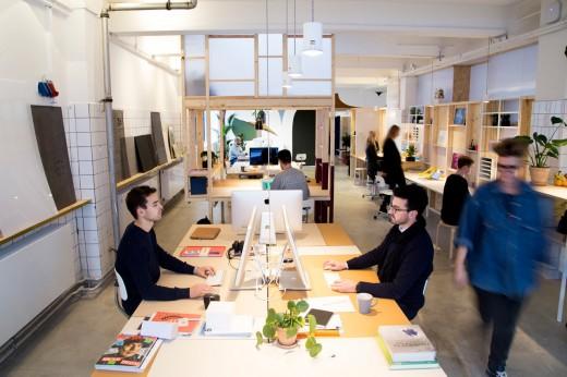 木材とポリカ版で作った「空中和室・茶室」のあるワークスペースの作業風景