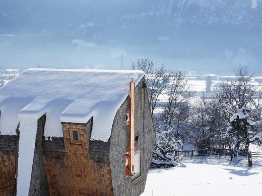 オーストリア 東チロルのアルプスに建つ雪のコテージ1